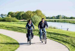 Radfahrer auf dem Aller-Radweg im Aller-Leine-Tal